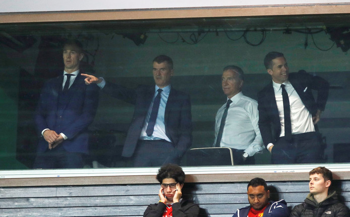 Roy Keane (tweede van links) bekijkt United-City vanuit de Sky Sports skybox.
