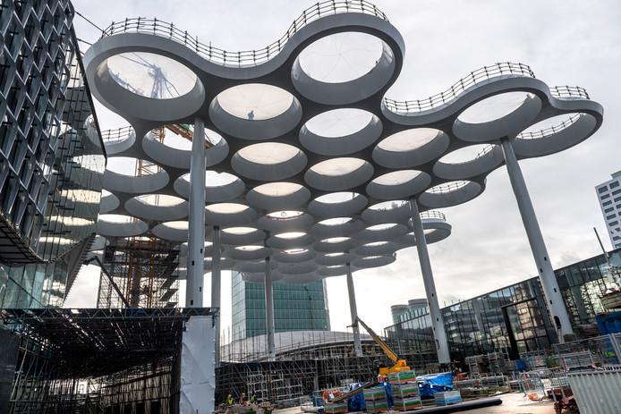 Het bollendak boven het nieuwe Stationsplein van Utrecht nadert zijn voltooiing.