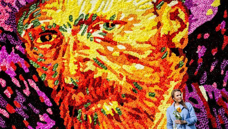 Een tableau met een zelfportret van Vincent van Gogh samengesteld uit 50.000 dahlias op het Museumplein. Beeld anp