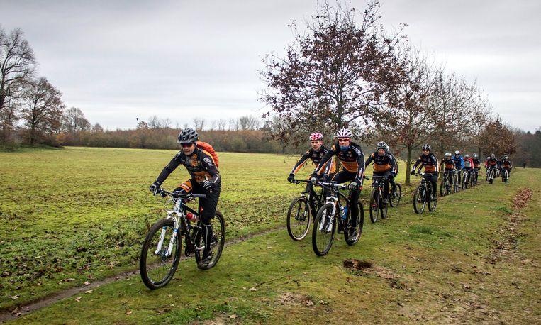 Mountainbikers op pad in de Wase natuur. Zondag is er een rit in de Ronde van het Waasland voor mountainbikers met start op de Sportfeesten in Puivelde.