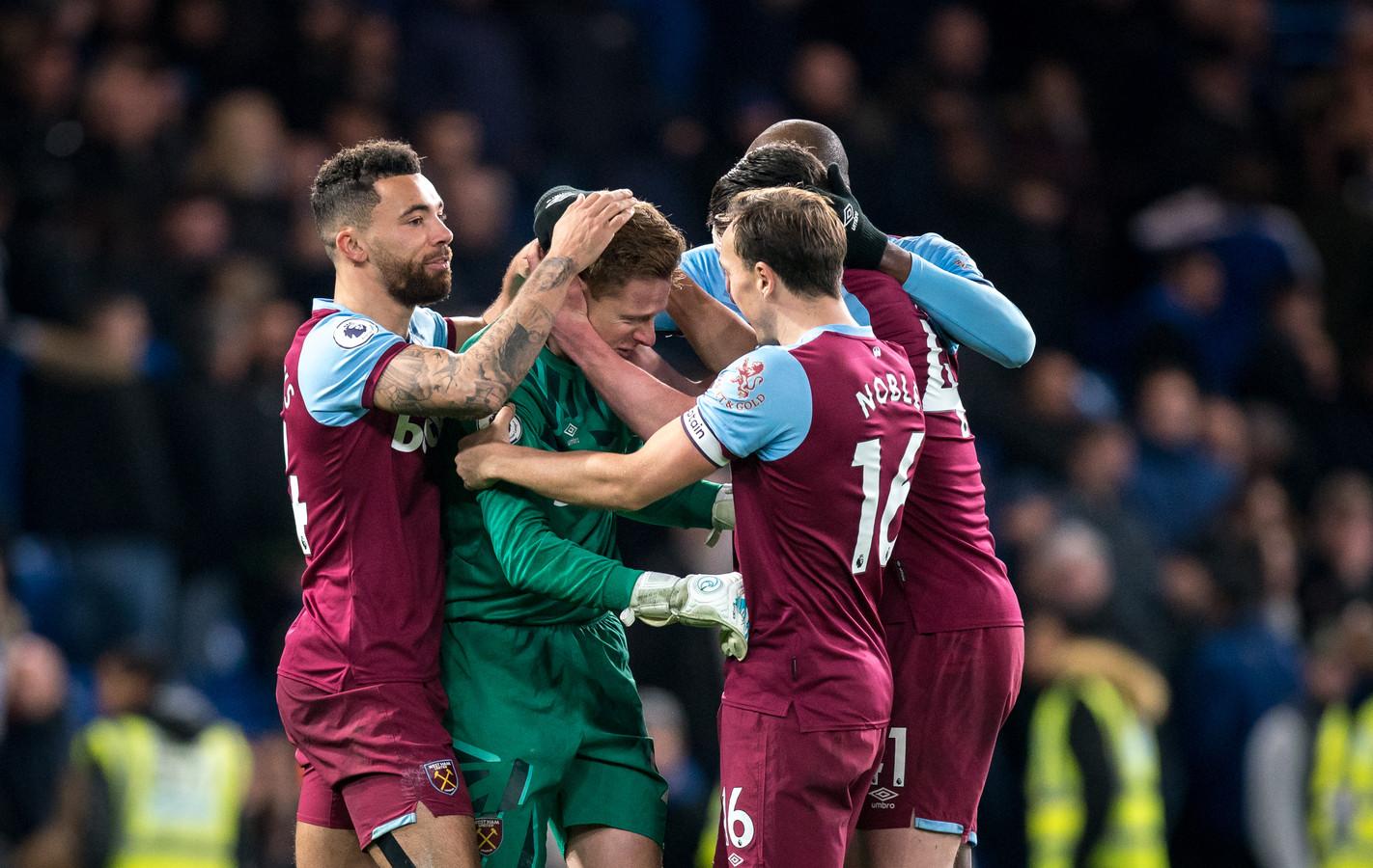 Spelers van West Ham bejubelen doelman David Martin.