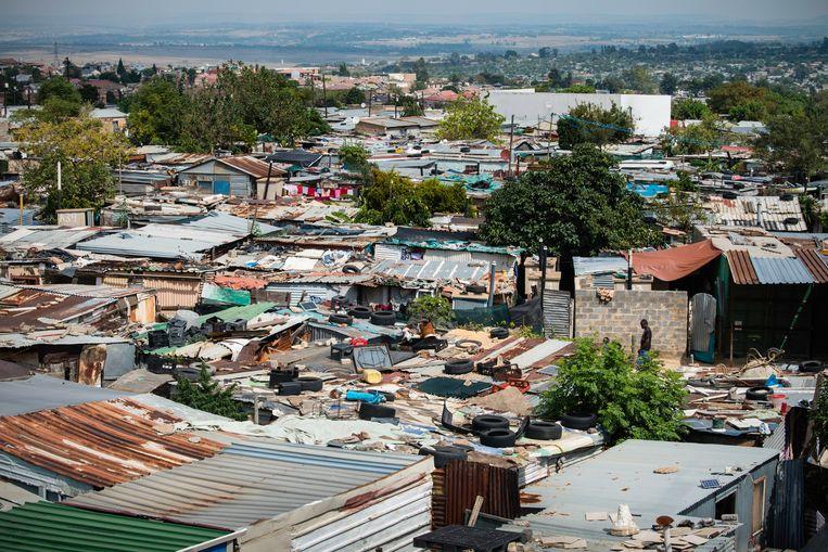 Het arme Zuid-Afrikaanse township Diepsloot is door haar hoge bevolkingsdichtheid extra kwetsbaar voor het coronavirus. Beeld Bram Lammers