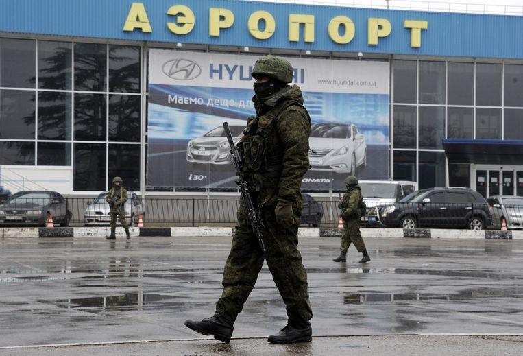 Vermoedelijk een Russische militair voor de luchthaven van Simferopol. Beeld afp