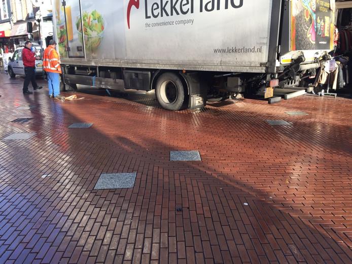Een vrachtwagen reed in de Rechtestraat een elektriciteitskastje uit de grond