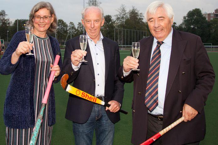 Wethouder Hannie van der Wal heft de glazen bij HC Waddinxveen met voorzitter Ton Vreeburg en oprichter Hugo Zwenk.