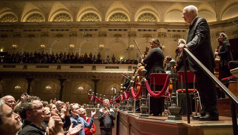Bernard Haitink (rechts) neemt met het Radio Filharmonisch Orkest zaterdag het applaus in ontvangst. Beeld Julius Schrank