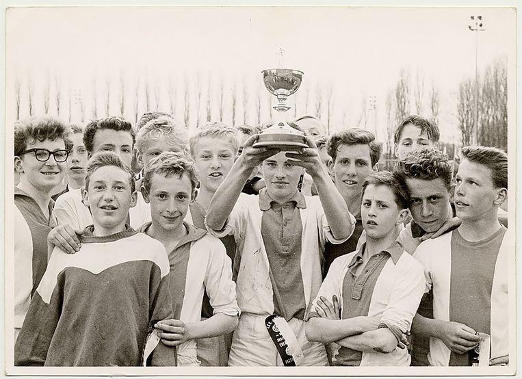 Ajax wint een jeugdtoernooi in 1962. Cruijff (15) staat tweede van rechts. Beeld
