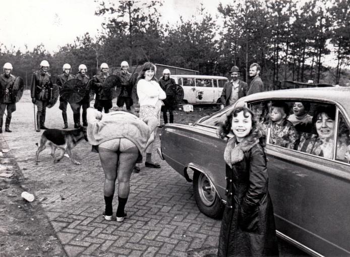 Een bewoonster van een woonwagenkamp in Bergeijk uit op 29 maart 1973 haar ongenoegen over de ontruiming van haar kamp. Het kampje was bedoeld voor vier woonwagens maar er stonden er toen dertien. Een deel van de woonwagenbewoners werd door de politie verwijderd.
