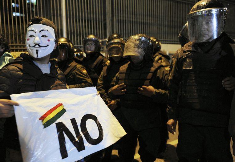Een aanhanger van Carlos Mesa staat tegenover de politie. Beeld AFP