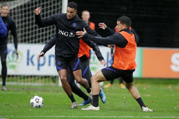 Danilho Doekhi op de training van Jong Oranje, in duel met Abdou Harroui.
