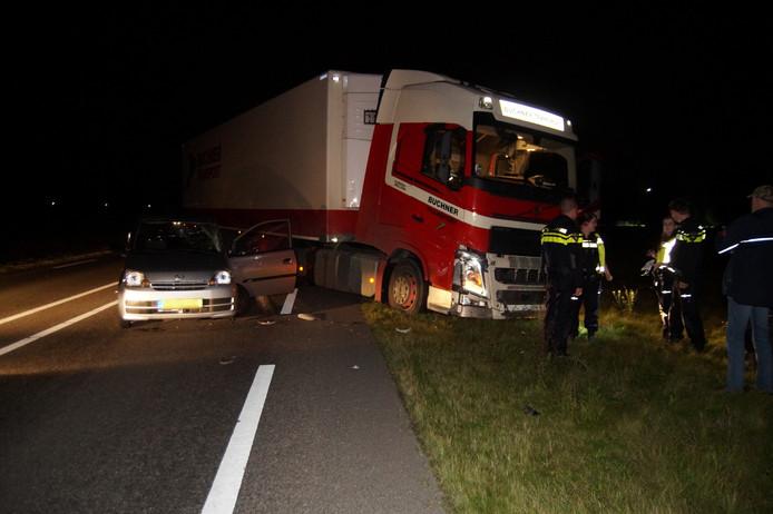 De vrachtwagen en de personenauto strandden op de Provincialeweg.