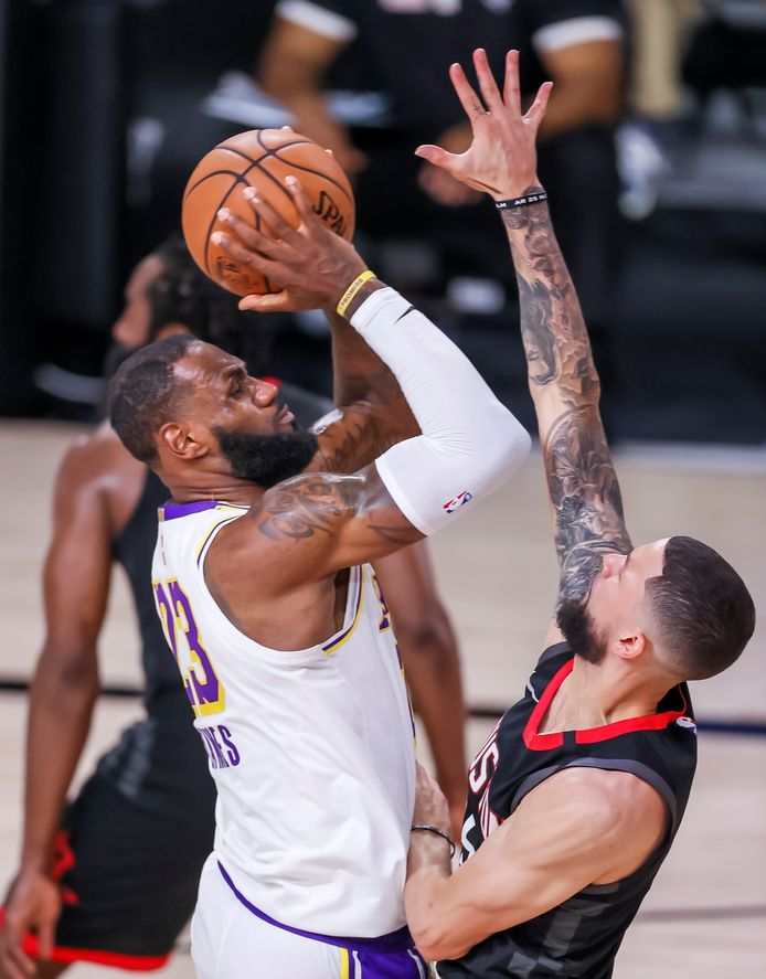 Houston Rockets-guard Austin Rivers (r) probeert LeBron James af te stoppen.