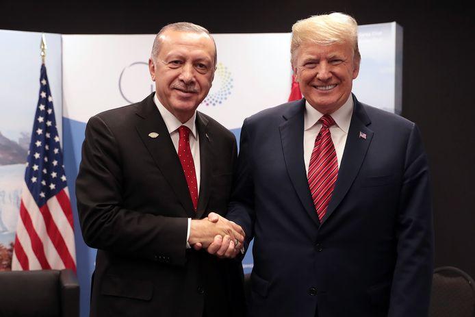 Trump en Erdogan schudden elkaar de hand.