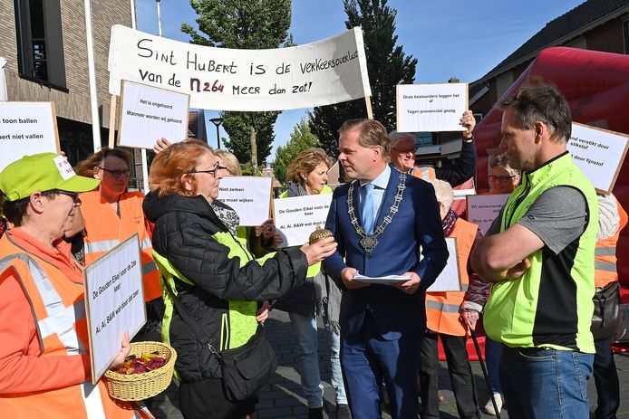 Oktober vorig jaar werd op de open dag van de gemeente Mill en Sint Hubert nog geprotesteerd door inwoners van Sint Hubert tegen het vele verkeer door hun dorp. Burgemeester Antoine Walraven kreeg een petitie aangeboden.