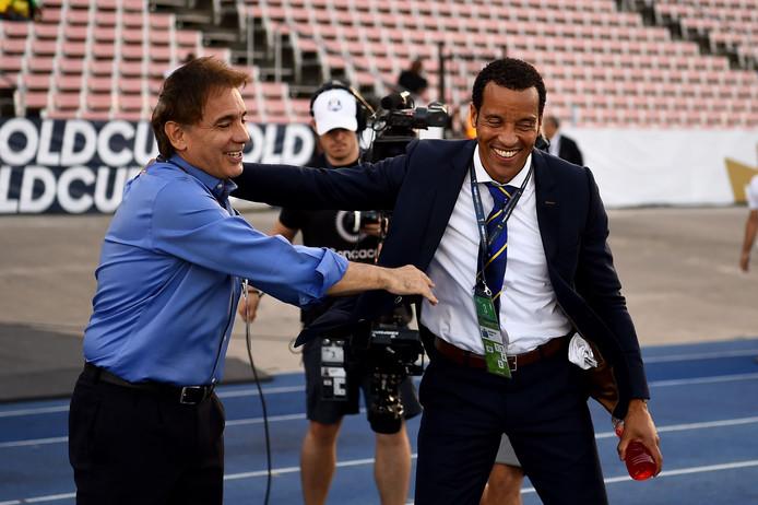 Voor het begin van de wedstrijd begroet een nog lachende Remko Bicentini de bondscoach van El Salvador, Carlos de los Cobos.