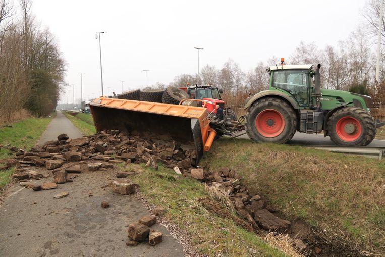 De aanhangwagen met steenpuin belandde in de gracht naast de parallelweg van de E34.
