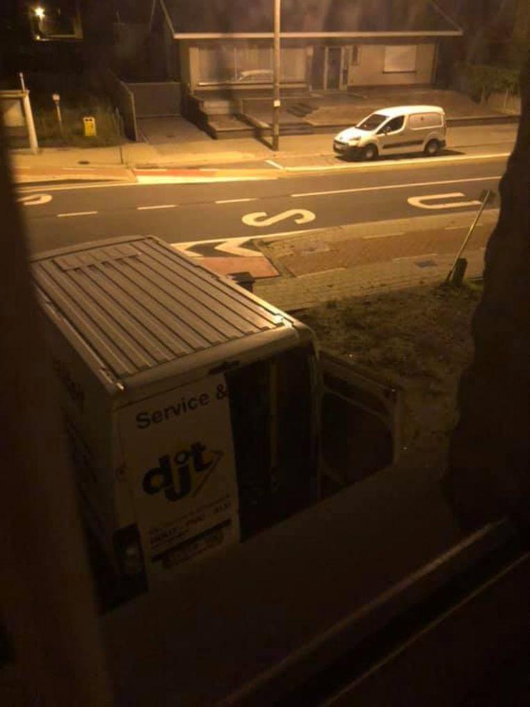 De inbrekers lieten de opengebroken bestelwagen zo achter in de Koolaerdstraat.