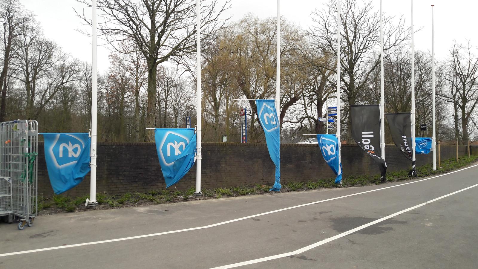 Bij supermarkt Albert Heijn in Zaltbommel waren de vlaggen uit voorzorg naar beneden gehaald.