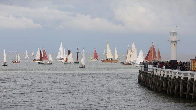Vijftig zeilschepen verkennen haven