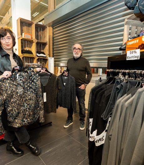 Ton (71) wilde zijn kledingzaak openen, maar krabbelt nu terug: gemeente dreigt met boete en extra straf