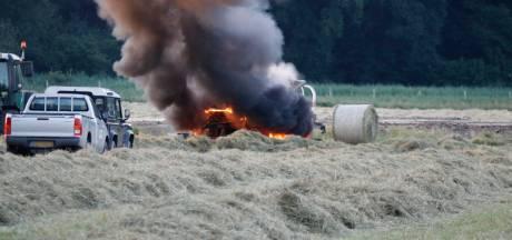 Hooibalen met machine en al in vlammen op in Milsbeek