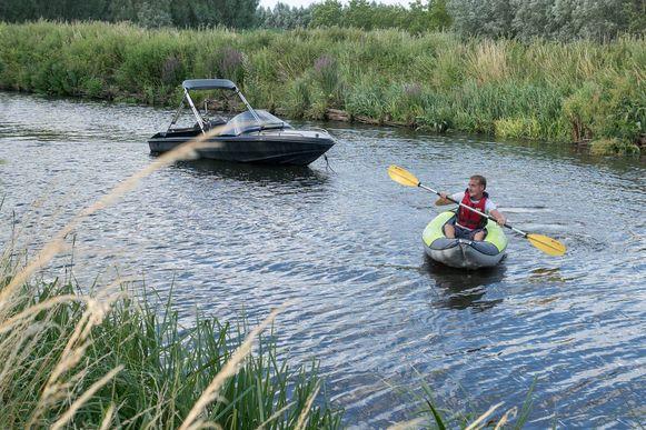 De kajakker maakte het bootje vast met een touw en probeerde het aan de kant te krijgen.