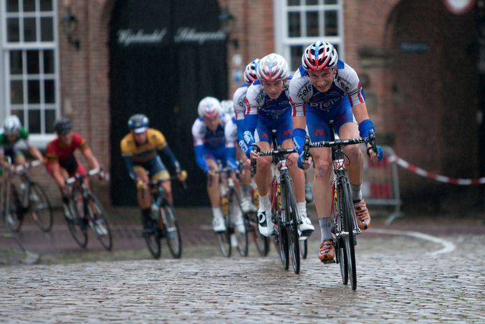 Jasper Hamelink snelt door de straten van Zutphen (2017).