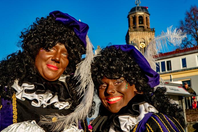Twee bruine pieten tijdens de intocht in Deventer afgelopen zaterdag.
