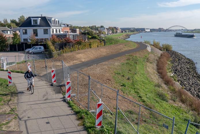Bouwhekken verhinderen dat fietsers al gebruikmaken van het illegaal aangelegde fietspad langs de Kinderdijk-Oost.