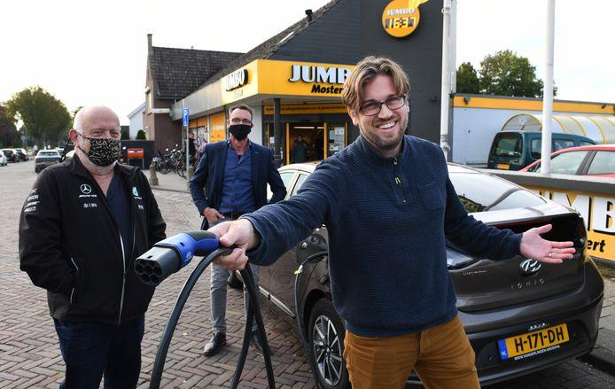 Joël Meedendorp is een van de inwoners van Maurik die zijn auto graag wil opladen. Evert Obdeijn (links) Van EcoBuren en Cornelis Mostert (midden) van Jumbo  willen daar graag aan meewerken.
