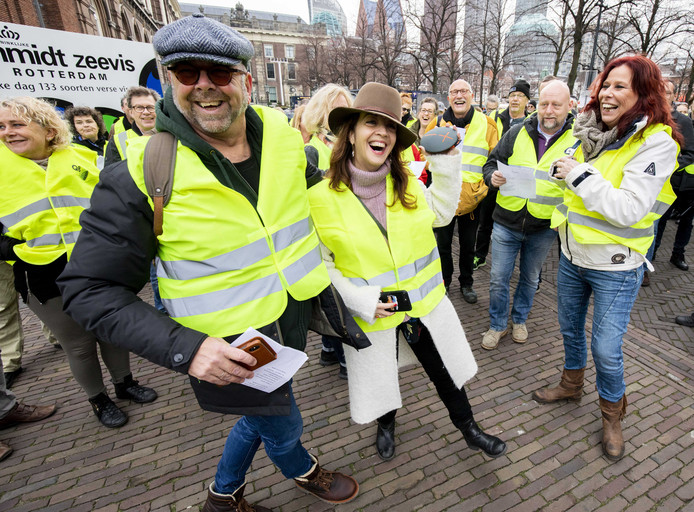 Jan Dijkgraaf (links) en columniste Ebra Umar (tweede van links) afgelopen zaterdag in gele hesjes op het Binnenhof.