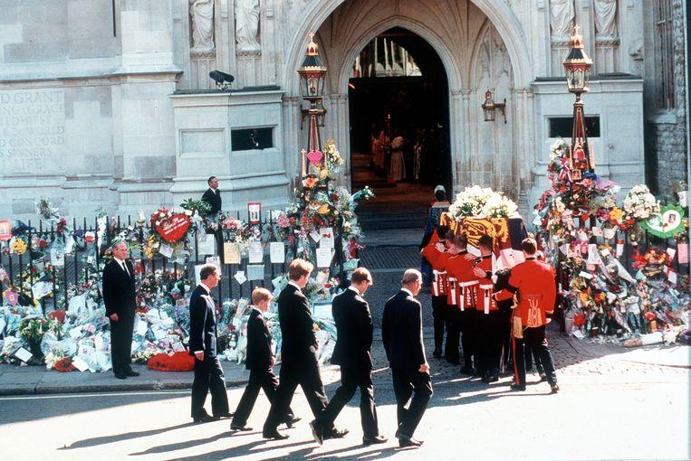 1997: Charles, Harry, earl Spencer, William en prins Philip lopen achter de kist van Diana als die aankomt in Westminster Abbey. Beeld Getty Images