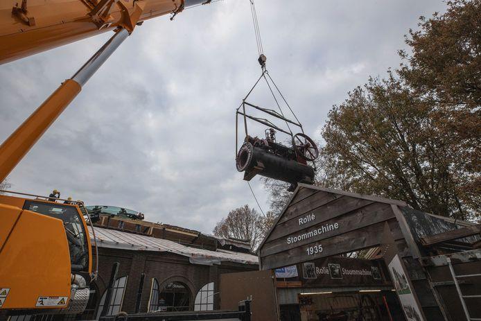 Stoommachine wordt met grote kraan overgeheveld van tijdelijke naar permanente locatie bij Hoeve Strobel.