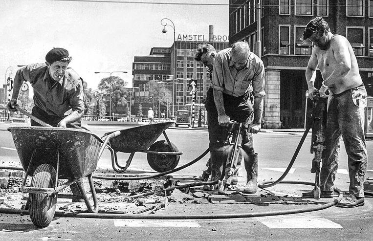Augustus 1970: het eerste ijzer gaat de grond in voor de nieuwe metro, op het Rhijnspoorplein.   Beeld Foto Flip/Egbertus Martens/ANP