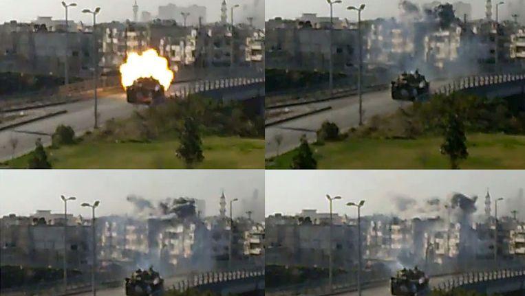 Beeld van YouTube, geuploadet op 30 maart, toont een tank van de Syrische regering die (van linksboven met de klok mee) vuurt op een wijk in Homs. Beeld AFP