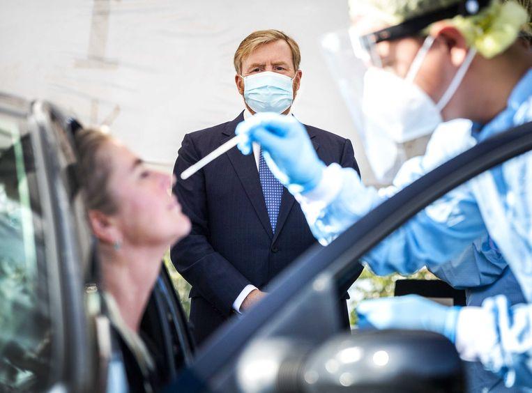 Koning Willem-Alexander bezoekt een corona-teststraat in Leiderdorp. Beeld ANP
