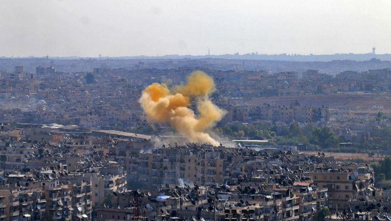 Rook stijgt op boven de huizen van Aleppo. Beeld afp