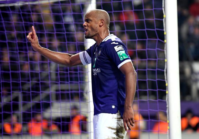 Le Topper excitant entre Anderlecht et Bruges (1-2) a été quelque peu gâché par des pétards venus des tribunes en toute fin de rencontre. Vincent Kompany a été obligé d'intervenir pour calmer les supporters.
