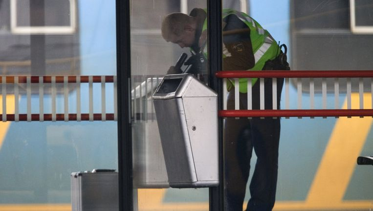 Een explosievenverkenner verricht sporenonderzoek op het station in Den Bosch. In Den Bosch werd het station tijdelijk ontruimd, omdat er een explosief zou liggen. Er werd niks gevonden. Foto ANP Beeld