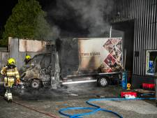 Brandende bestelwagen beschadigt bedrijfsgebouw in Nijmegen, verderop auto uitgebrand