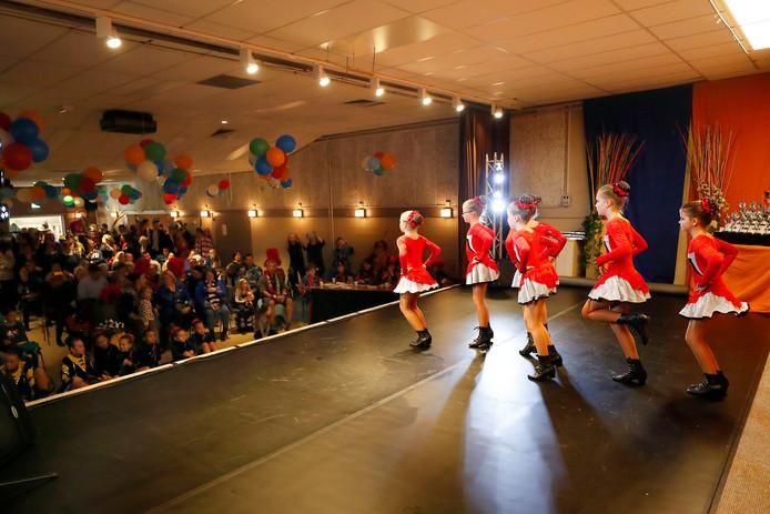De Dancing Pearls uit Vredepeel op het podium.