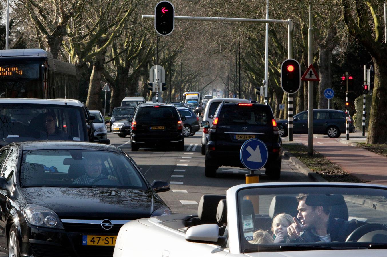 Vrachtwagens mogen weer van Noord naar Zuid over de Molenlaan in Rotterdam. De bewoners zijn niet blij.