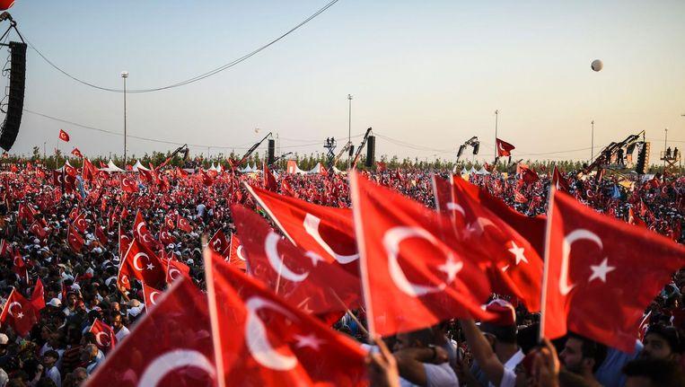 Honderdduizenden Turken betuigen hun steun aan de Turkse president Erdogan. Beeld afp