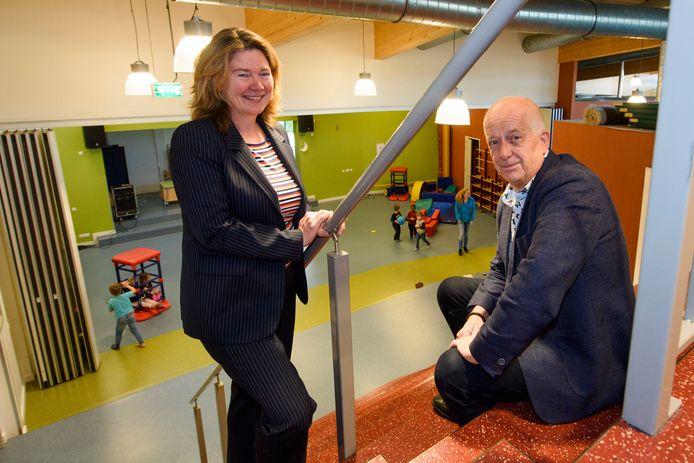 Frans Bruinsma  en Liesbeth van den Berg, vertrekkend en komend bestuursvoorzitter van de Oirschotse scholenkoepel SKOBOS.