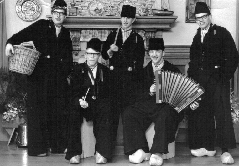 Begin jaren zeventig. Van Liempt (rechts) met zijn tafeltennismaten op bezoek in Volendam. Voorafgaand aan de wedstrijd moest er in kostuum worden geposeerd. Beeld de Volkskrant