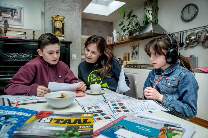 Verslaggever Machteld helpt haar kinderen Rafi en Olivia bij hun weektaken. Die hebben ze op school opgehaald, samen met een stapel boeken.