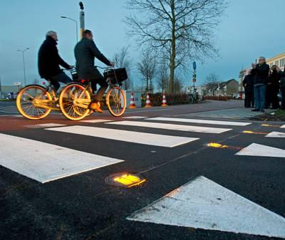 Met dit handige foefje worden automobilisten gewaarschuwd voor fietsers op drukke weg