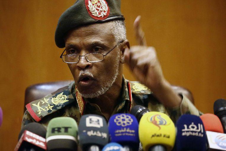 Luitenant-generaal Omar Zain al-Abideen, een  van de leden van de militaire raad, vrijdag in Khartoem.  Beeld AFP