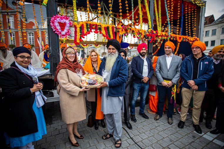 Jaarlijkse optocht Nagar Kirtan van de Truiense Sikhgemeenschap. Dat is een volksfeest, waarbij geloof, traditie en vrijgevigheid centraal staan. Burgemeester Veerle Heeren