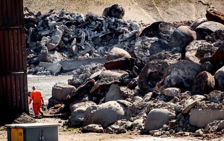 Slakken op het terrein van Harsco dat restproducten uit de staalfabriek Tata Steel verwerkt. Omwonenden van het terrein zijn ongerust en kritisch over de uitstoot van schadelijke stoffen.  Beeld ANP